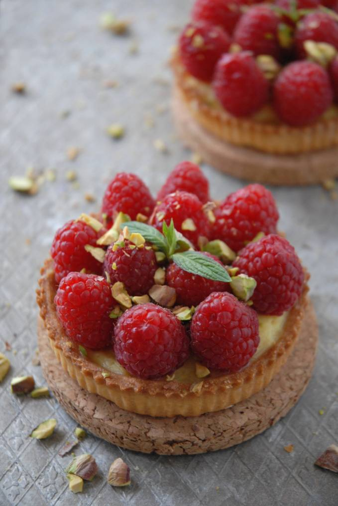Raspberry and pistachio white chocolate tartlette