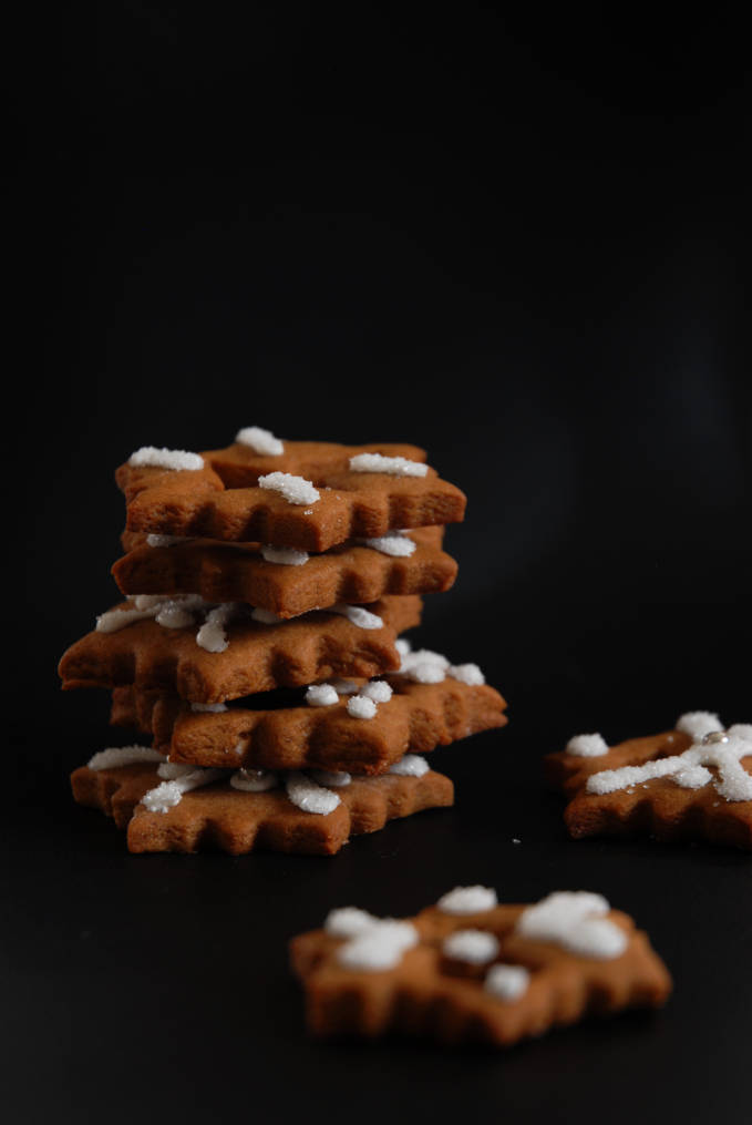 Gingerbread snowflake cookies. Click for a full photo tutorial on how to make amazing gingerbread! Perfect for the holidays #christmas