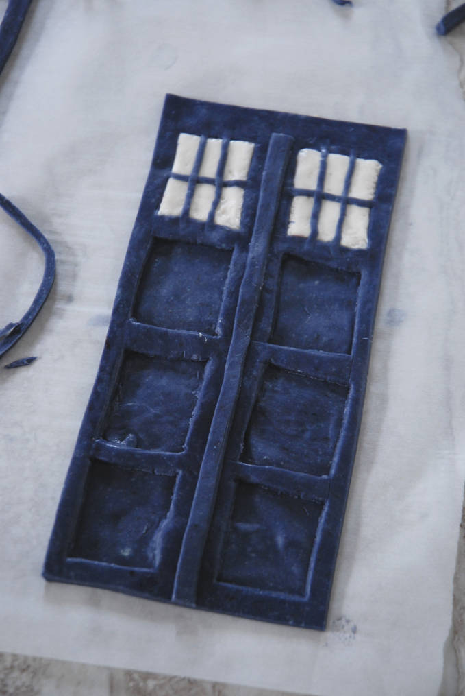 TARDIS cake side--click to see the full photo tutorial so YOU CAN MAKE YOUR OWN DOCTOR WHO TARDIS CAKE! #diy