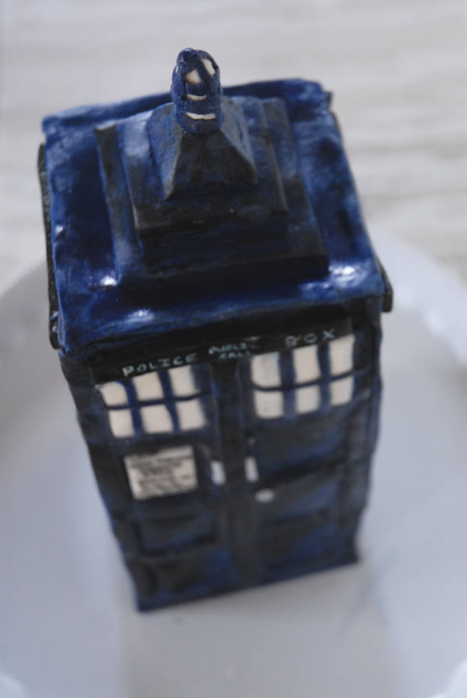 TARDIS cake from Doctor Who top view--click to see the full photo tutorial so YOU CAN MAKE YOUR OWN DOCTOR WHO TARDIS CAKE! #diy