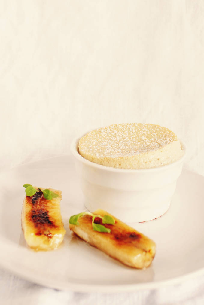 Craving something delicious? This recipe for EASY banana soufflé dusted with icing sugar and served with crunchy caramelized bananas is perfect! Click to get the recipe.
